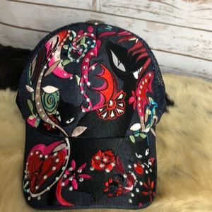 NWOT fashion hat with embroidered black cats
